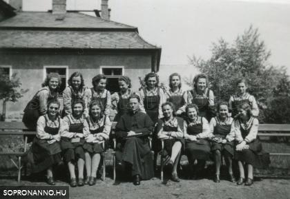 Az 1941-ben érettségizett osztály az orvosi rendelő/gyengélkedő épülete előtt