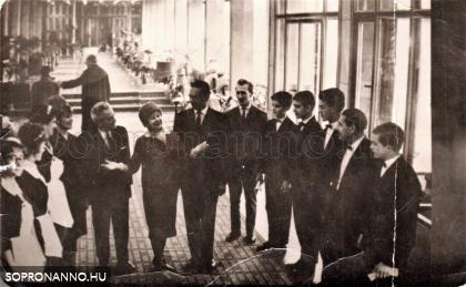 Látogatók a szálló előcsarnokában