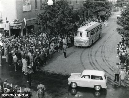Külföldi autóbusz a Megyei Idegenforgalmi Hivatal előtt