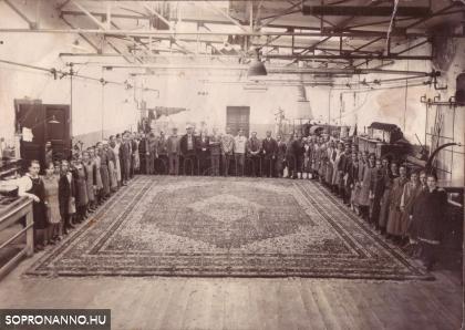 Csoportkép a gyárban 1930-ban