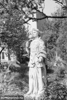 Szobor a mentőállomás kertjében - Szakáll Ernő alkotása