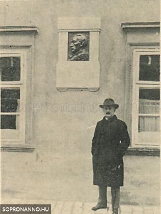 Dr. Molnár Gyula az emléktábla előtt