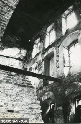 A Káptalanház bombázás után