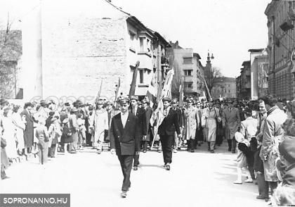 Felvonulás 1958-ban