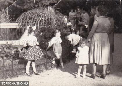 Gyerekek a Deák téri szökőkútnál