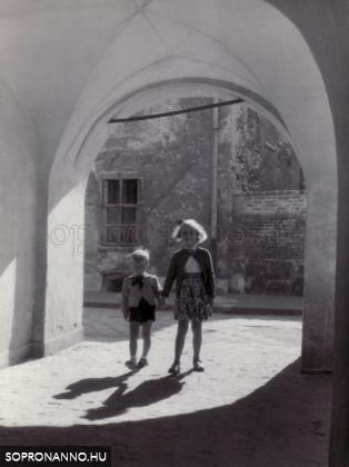 Gyerekek a Lábasház árkádjai alatt