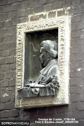 Gyóni Géza emléktáblájának megmentett részlete az Orsolya tér 1. számú épületen