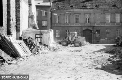 Házbontás a Móricz Zsigmond utcában