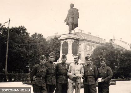 Katonák a Széchenyi - szobornál