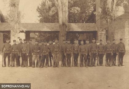 Katonák az egykori lovassági laktanyában