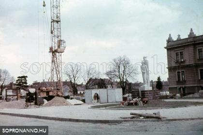 A Kellner-szobor, háttérben a Kőfaragó téri lakótelep építése