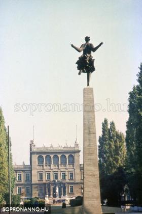 Két egykorvolt Deák téri szobor