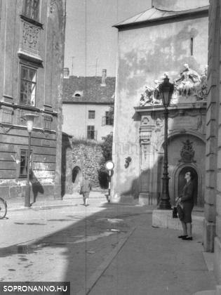 A Tűztorony és a Storno-ház, köztük átjáróval az Előkapu felé