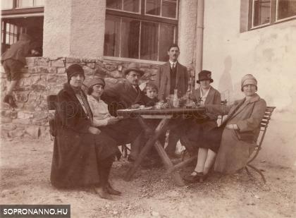 Asztaltársaság a vadászlak előtt