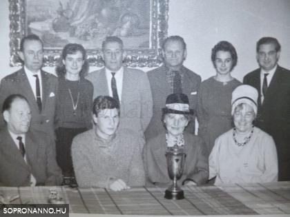 A győztest ünneplő csoportkép