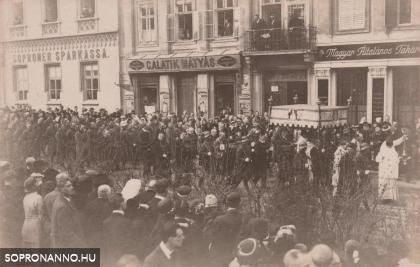 Körmenet a Széchenyi tér északi oldalán
