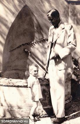 A kút a múzeum kertjében 1946-ban
