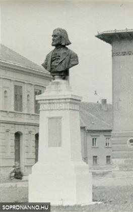 A Liszt-szobor az 1950-es években