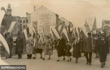 Felvonulás az 1950-es évek elején  a Várkerületen
