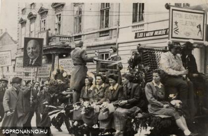 Felvonulás 1948. május 1-én a Széchenyi téren, a képen a Selyemgyár dolgozói
