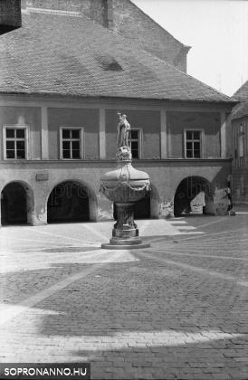 A Lábasház és a Mária-kút