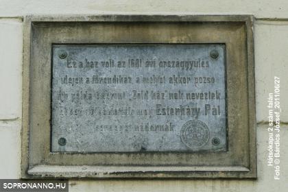 Emléktábla a Caesar-ház falán