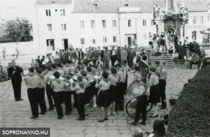 Osztrák turisták fogadása a Mária-szobornál