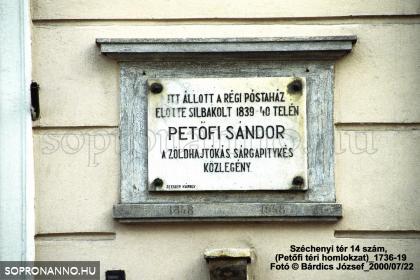 Emléktábla az Újhelyi-ház Petőfi téri homlokzatán
