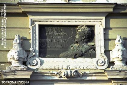 Petőfi Sándor emléktáblája az intézmény homlokzatán