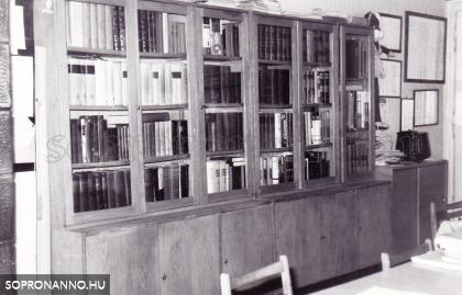 A tanári szoba könyvszekrénye