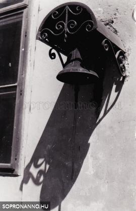 Harang az iskola udvarán 1960-ban