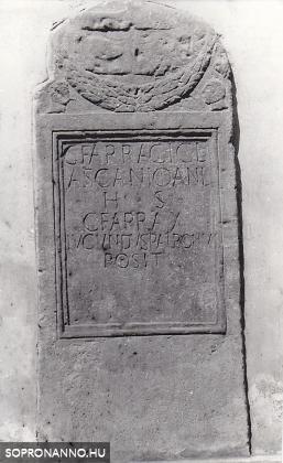 Római sírkő az iskola udvari falán 1960-ban
