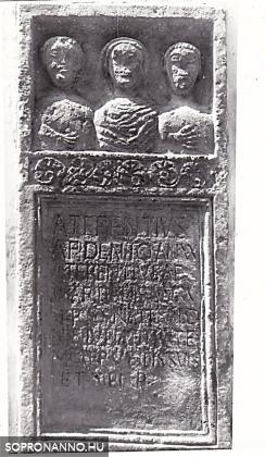 Római sírkő torzókkal az iskola udvari falán 1960-ban