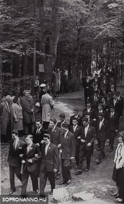 Ballagás a Deák-kútnál 1960-ban