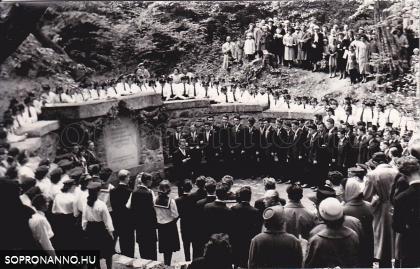 Ballagás 1960-ban. A felújított licista ünnepély a Deák-kútnál