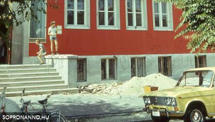 Pillanatkép a Hunyadi János Általános Iskola előtt