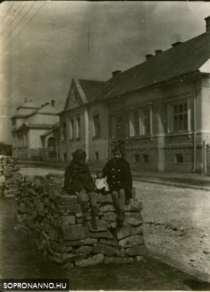 Részlet a Mikoviny utcából az 1930-as évekből