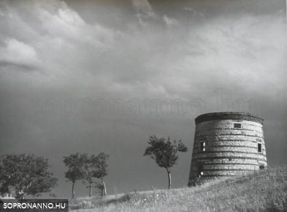 Romos szélmalom a Kuruc-dombon