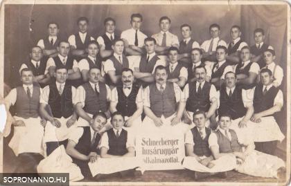 A gyár dolgozóinak csoportképe
