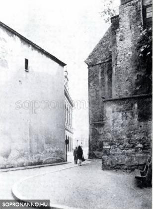 Sikátor a Tűztorony mellett