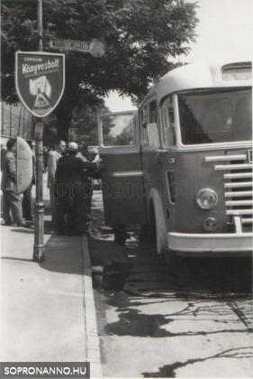 Buszmegálló a könyvesbolt előtt