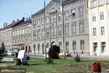 Széchenyi téri részlet a Munkásmozgalom soproni mártírjainak emlékművével