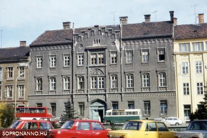 Széchenyi téri részlet parkoló járművekkel