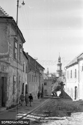 Szent Mihály utcai életkép