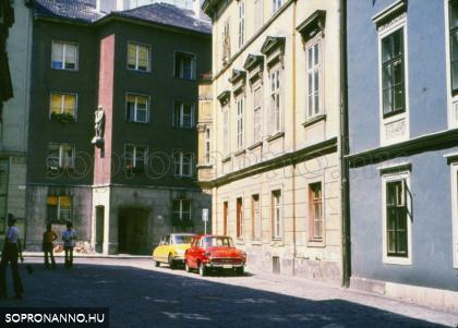 Az egykori Templom utca 24. számú ház helyén épült épület a Fegyvertár utca egy részletével