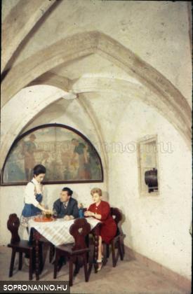 Az egykori Haladás borkimérés, később Rondella étterem pincéje