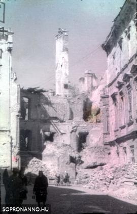 A Templom utca 24. számú ház romjai a Fegyvertár utca felől
