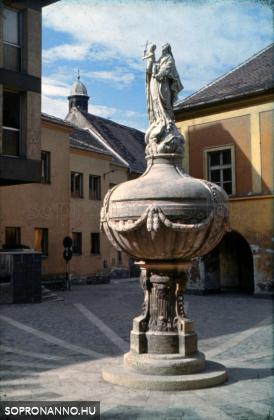 Az Orsolya tér a Mária-kúttal