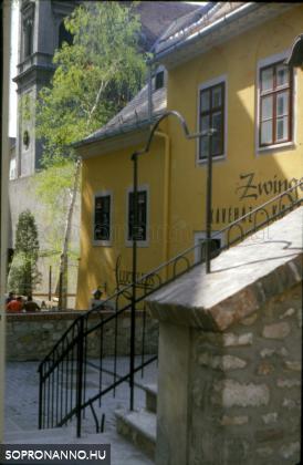 A Zwinger kávéház a várfal mellett