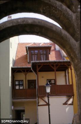 Részlet a Fórum átjáróból - a Várkerület egyik épületének udvari erkélye